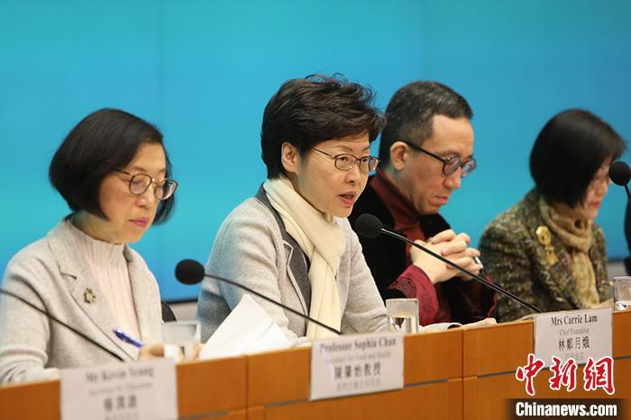 """1月25日下午,香港特区行政长官林郑月娥(左二)宣布,将""""对公共卫生有重要性的新型传染病准备及应变计划""""提升至最高的""""紧急""""级别,由她亲自领导防控工作。当日,香港特区政府举行同心抗疫跨部门记者会,香港特区行政长官林郑月娥公布一系列新策略和措施应对新型冠状病毒肺炎。中新社记者 谢光磊 摄"""