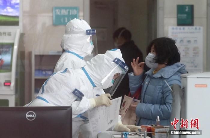 北京市民在北京佑安医院发热门诊就诊。 <a target='_blank' href='http://www.chinanews.com/'>中新社</a>记者 张宇 摄