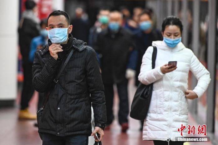 1月26日,广州市民众佩戴口罩搭乘地铁。当日,广东省新型冠状病毒感染肺炎疫情防控指挥部办公室发布通告称,即日起,公共场所不戴口罩将被处罚。中新社记者 陈骥�F 摄