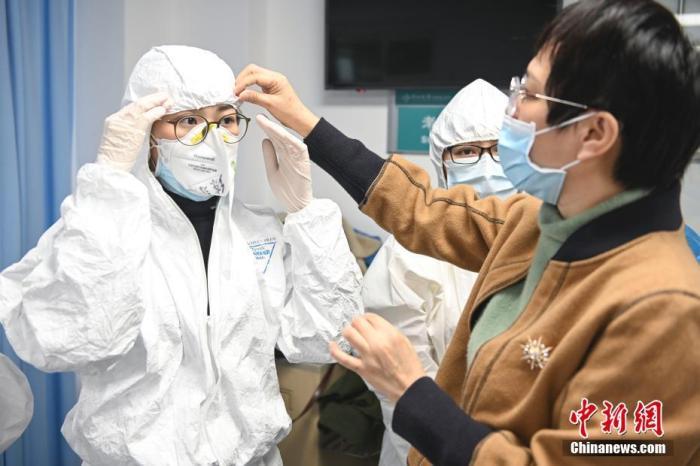 1月26日,广州中山大学附属第三医院的医护人员接受穿脱防护服培训。中山大学附属第三医院为广东省新型冠状病毒感染的肺炎省级定点救治医院。1月25日至1月28日,该医院将对1200余名临床科室、医技科室的医护人员进行新型冠状病毒防护培训,培训内容包括基础技能培训、接诊发热病人流程培训、接触病人血液/体液/分泌物/呕吐物等流程培训和穿脱防护服培训。中新社记者 陈骥�F 摄