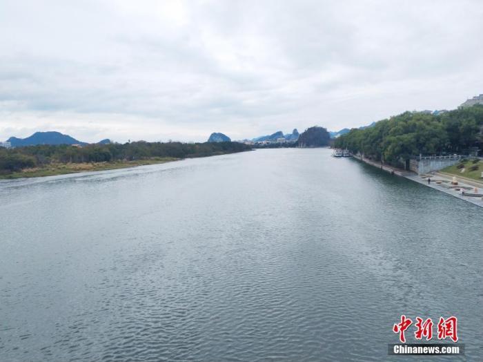 桂林暂停漓江风景名胜区游船、排筏水上游览活动。图为市区漓江段平静的景色。欧惠兰 摄