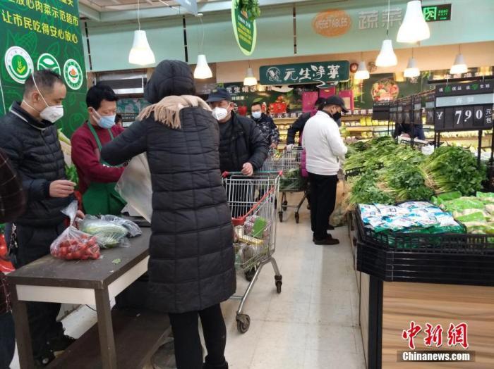 1月26日,农历大年初二,武汉超市内各种新鲜蔬菜供应充足,市民戴口罩选购。<a target='_blank' href='../../../index.html'>中新社</a>记者 丁喆 摄