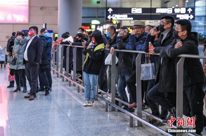 1月26日,南京禄口国际机场、铁路南京站通风消毒,全力做好疫情防控工作。目前南京机场实行对所有进出港航班的旅客测量体温。铁路南京站供图
