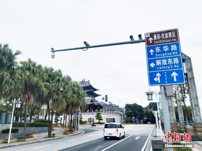 桂林市区逍遥楼下的道路车辆稀少。欧惠兰 摄