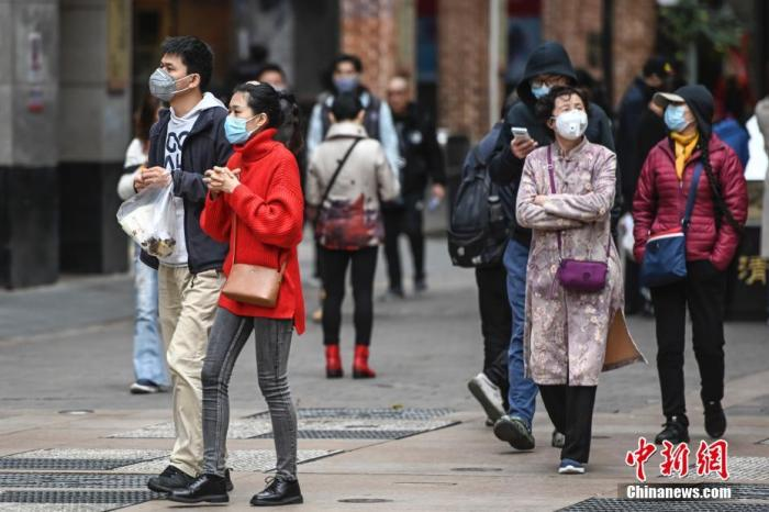 资料图:市民众佩戴口罩出行。中新社记者 陈骥旻 摄