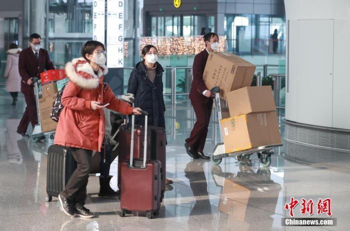 1月26日,受新型冠状病毒感染的肺炎疫情影响,北京大兴国际机场内旅客戴口罩出行。<a target='_blank' href='http://www.chinanews.com/'>中新社</a>记者 贾天勇 摄