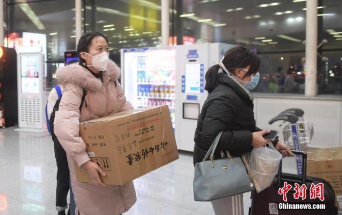 1月25日晚,山东首批医疗队138名医务人员奔赴武汉,支援湖北开展新型冠状病毒感染的肺炎医疗救治工作。图为医务人员在济南遥墙机场准备乘机启程。中新社记者 张勇 摄