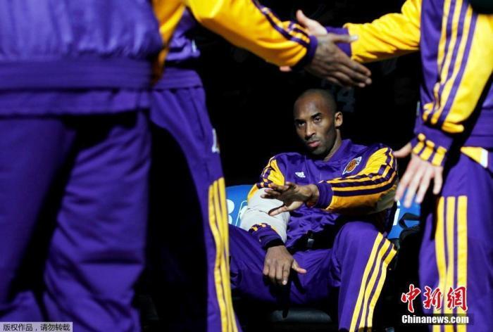 当地时间1月26日,已退役NBA著名球星科比·布莱恩特(Kobe Bryant)在美国加利福尼亚州卡拉巴萨斯市因乘坐的直升机坠毁而遇难,年仅41岁。    消息一出,有网友说,让还没睡醒的球迷,再多睡一会……    有网友说:斯特恩在天堂第一顺位摘走了科比。    有网友说:这要是一条假新闻有多好……    科比,愿天堂也有篮球陪你。    科比,我们想你。