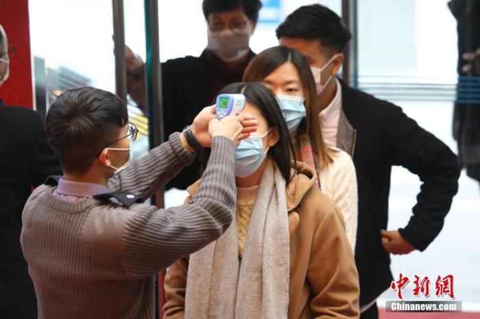 1月27日,香港赛马会在沙田马场举行农历新年赛马日。受新型冠状病毒肺炎疫情影响,今年香港赛马会作出特别安排,沙田马场不设即场入场观看赛事,只容许约8000名已经提前预约的人士入场。图为所有入场人士,需要接受体温探测检查。中新社记者 谢光磊 摄
