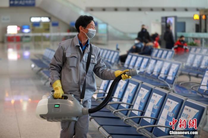 1月27日,工作人员在南京火车站候车大厅内开展消毒工作。为全面做好新型冠状病毒感染的肺炎疫情防控工作,铁路南京站组建了铁路防疫应急处置队伍,每日对客运站候车室、售票厅等位置进行预防性消毒,并做好候车室通风换气和车站动态卫生保洁,为出行的旅客提供安全清洁的候乘环境。中新社记者 泱波 摄