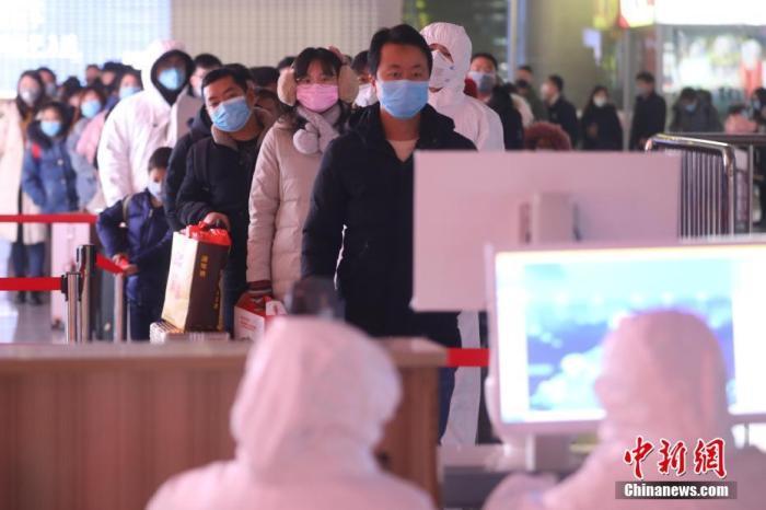 资料图:旅客接受体温检测。<a target='_blank' href='http://www.chinanews.com/'>中新社</a>记者 泱波 摄