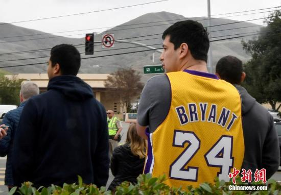 资料图:已退役NBA著名球员科比・布莱恩特(Kobe Bryant)当地时间26日在美国加利福尼亚州卡拉巴萨斯市因乘坐的直升机坠毁而遇难,年仅41岁。图为球迷们在遇难事发地现场聚集。