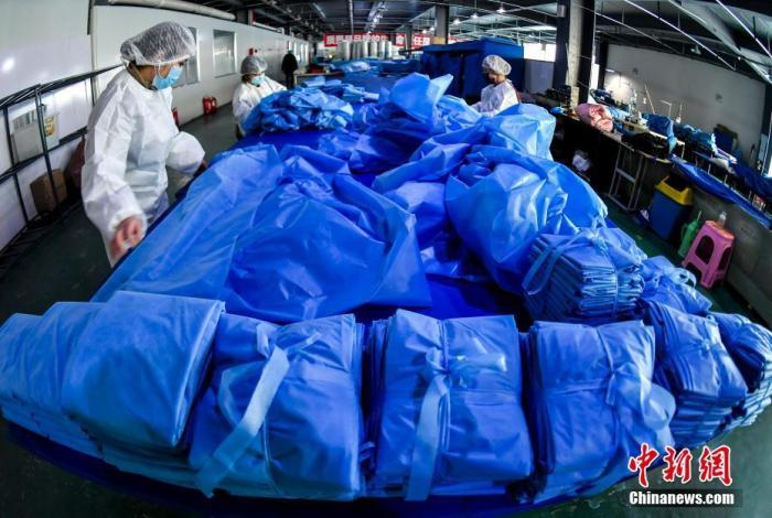1月27日,位于新疆乌鲁木齐高新区(新市区)中亚科技园区的新疆乐贝尔贸易有限公司净化车间内,工人们正在赶制医用口罩。据介绍,该企业是新疆唯一一家具备生产医用口罩资质的企业。26日下午该公司生产医用口罩所需的滤芯布运抵乌鲁木齐,当晚该公司生产线正式恢复生产,在疆员工也全部到岗,连夜赶制医用口罩、隔离服等医用物资。<a target='_blank' href='http://www.chinanews.com/'>中新社</a>记者 刘新 摄