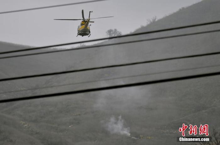 已退役NBA著名球員科比·布萊恩特(Kobe Bryant)當地時間26日在美國加利福尼亞州卡拉巴薩斯市因乘坐的直升機墜毀而遇難,年僅41歲。圖為警方直升機在遇難事發地現場上空。