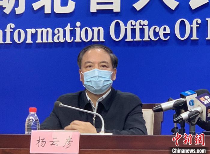 1月27日晚,湖北省新型冠状病毒感染的肺炎防控指挥部举行例行新闻发布会,介绍疫情防控工作情况。图为湖北省副省长杨云彦出席并回答媒体提问。中新社记者 杨程晨 摄