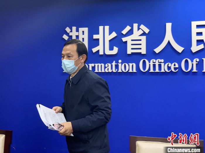 1月27日,湖北新型冠状病毒感染的肺炎疫情防控工作新闻发布会召开。会上,武汉市委书记马国强戴口罩出席发布会。中新社记者 杨程晨 摄