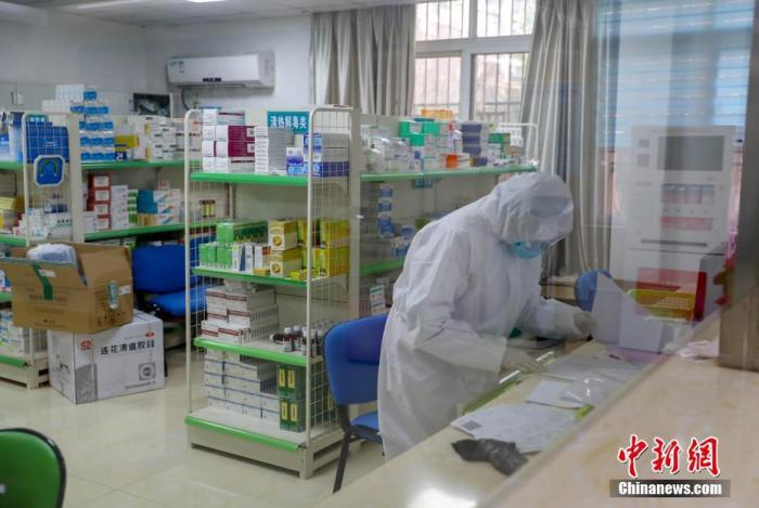 资料图:在武汉市武昌区水果湖街社区卫生服务中心,社区医务工作者在工作中。<a target='_blank' href='http://www.chinanews.com/'>中新社</a>记者 张畅 摄