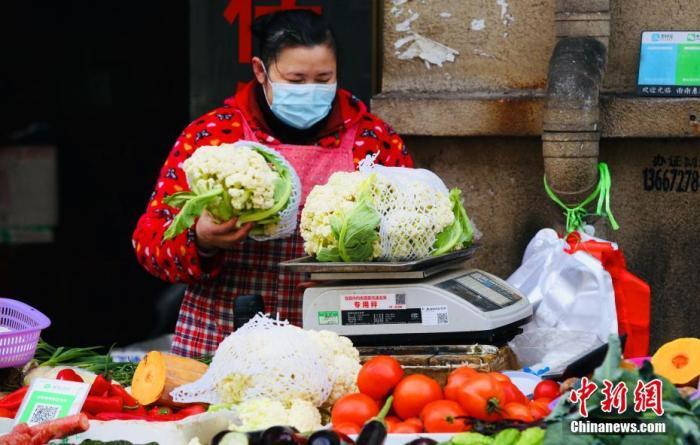 资料图:一菜市场内,蔬菜供应充足。中新社记者 刘良伟 摄