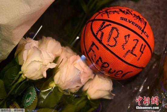 籃球、鮮花、燭光、眼淚,科比的球迷從震驚中緩過神來面對這個難以接受的現實。