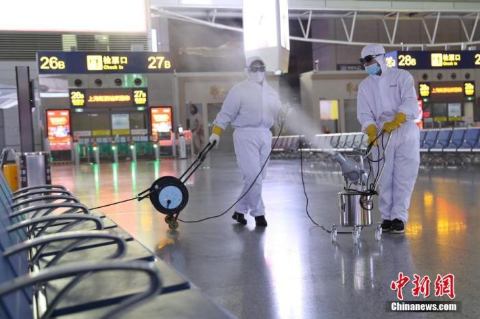 1月27日深夜,工作人员正在对上海虹桥火车站候车大厅开展消毒工作。张亨伟 摄