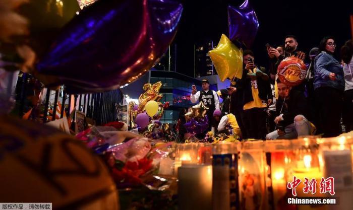 当地时间1月27日,NBA球星科比离开的第二天,球迷纷纷走上街头,用自己的方式悼念偶像的离世。当地时间1月26日,科比搭乘直升机不幸丧生,同机的还有他13岁的女儿吉安娜。