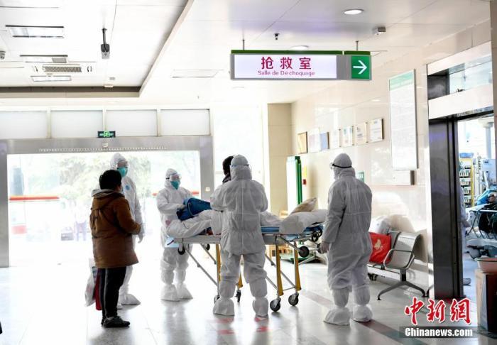 图为武汉大学中南医院急救中心的医务人员们正在对患者进行分诊救治。中新社记者 安源 摄