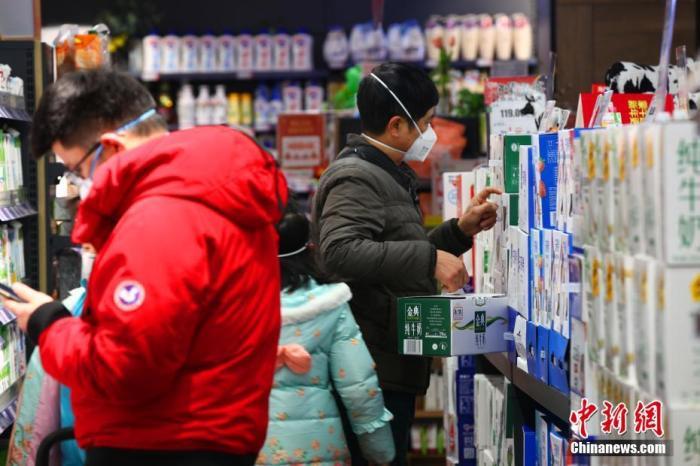 湖北省宜昌市居民在超市选购商品。<a target='_blank' href='http://www.chinanews.com/'>中新社</a>记者 刘良伟 摄