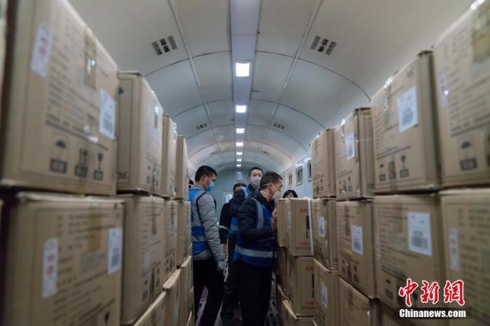 27日,该批由哈尔滨铁路局采购的3.5吨板蓝根颗粒急需从柳州市柳城县厂家发往武汉,但由于春节期间找不到运输车辆,只得请求中铁快运柳州分公司派车支援。赵波 摄