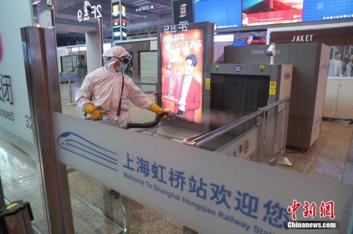 在旅客进站口,工作人员对安检设备进行消毒。张亨伟 摄