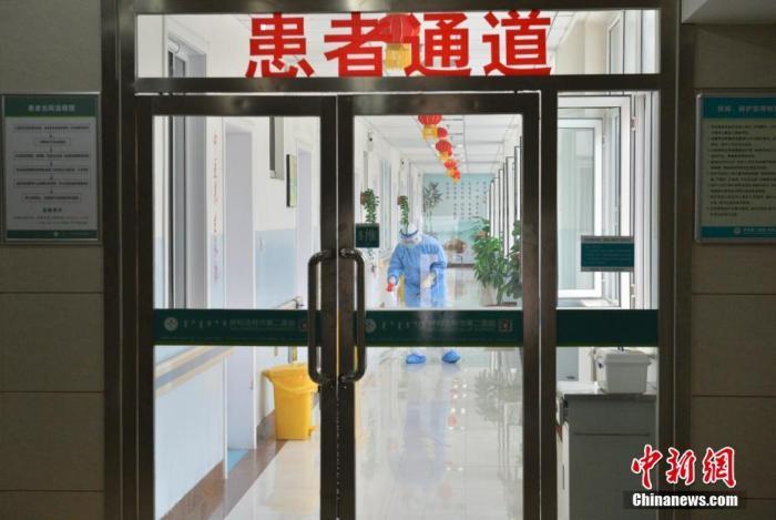 1月28日,工作人员在隔离区内喷洒消毒液。当日,记者探访呼和浩特定点负责疫情防控救治的呼和浩特市第二医院,该院负责新型冠状病毒感染的肺炎预检、筛查、接诊、消毒隔离防护等相关工作。<a target='_blank' href='http://www.chinanews.com/'>中新社</a>记者 刘文华 摄