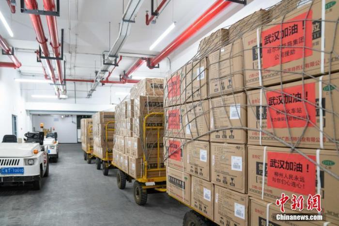 为节省运输时间,该公司自主派出货车前往柳城进行药品装运,实现救援物资早日送达武汉。赵波 摄