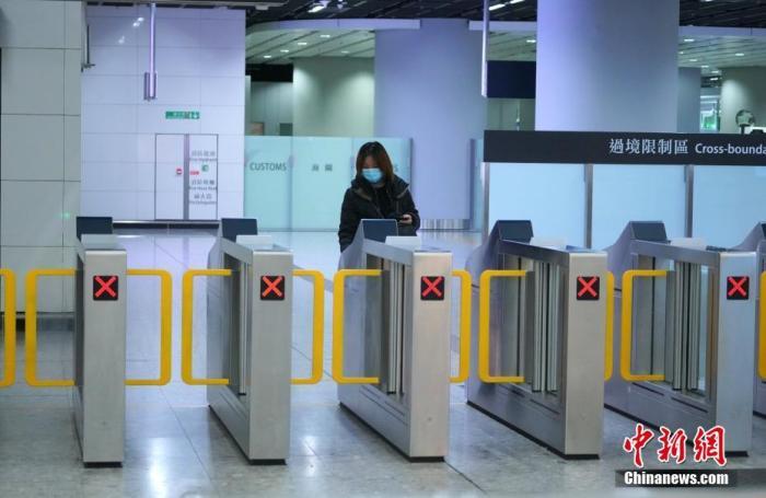 1月28日,香港特区行政长官林郑月娥举行记者会宣布,高铁西九龙站、直通车红磡站、沙头角及文锦道的客运通关,将于1月30日(星期四)凌晨零时起关闭,高铁及红磡的城际列车班次全部暂停。图为1月26日旅客搭乘高铁抵达香港西九龙站的资料照片。<a target='_blank' href='http://www.chinanews.com/'>中新社</a>记者 张炜 摄