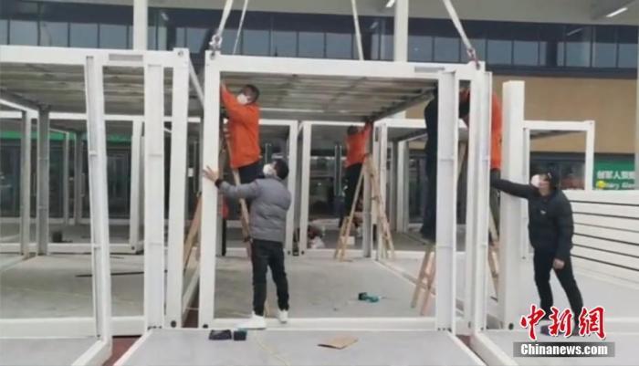 工人们紧张地搭建雷神山医院病房。殷弘公司供图
