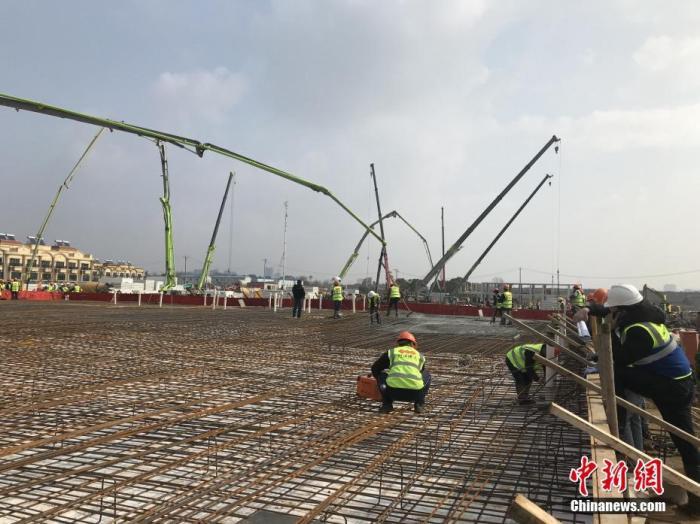 1月28日,武汉市连日阴雨后迎来了阳光,在武汉火神山医院项目工地上,施工人员正在加紧施工。<a target='_blank' href='http://sjzjysm.com/'>中新社</a>记者 全安华 摄