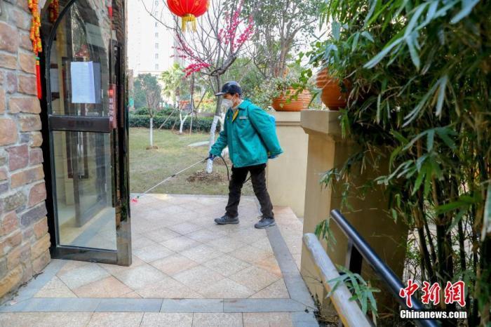 1月28日,武汉市汉阳区和昌森林湖小区物业工作人员对辖区公共区域坚持每天上午和下午各一次消毒杀菌,严格防控新型冠状病毒感染的肺炎疫情。<a target='_blank' href='http://www.chinanews.com/'>中新社</a>记者 张畅 摄