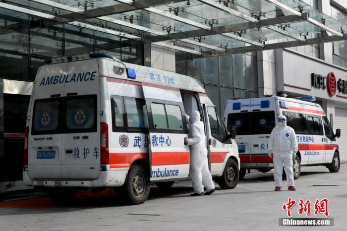 图为武汉大学中南医院急救中心门前待命的救护车。中新社记者 安源 摄