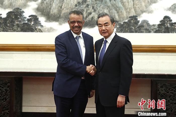 1月28日,中国国务委员兼外长王毅在北京会见世界卫生布局总做事谭德塞。中新社记者 富田 摄