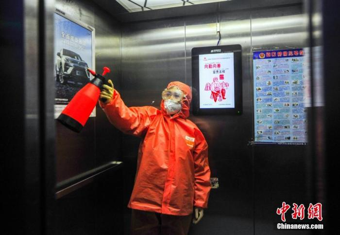 1月29日,新疆乌鲁木齐市南昌路社区做事人员身着防护服为辖区一公共电梯间进走消毒,做益新式冠状病毒感染的肺热疫情防控做事。 中新社记者 刘新 摄