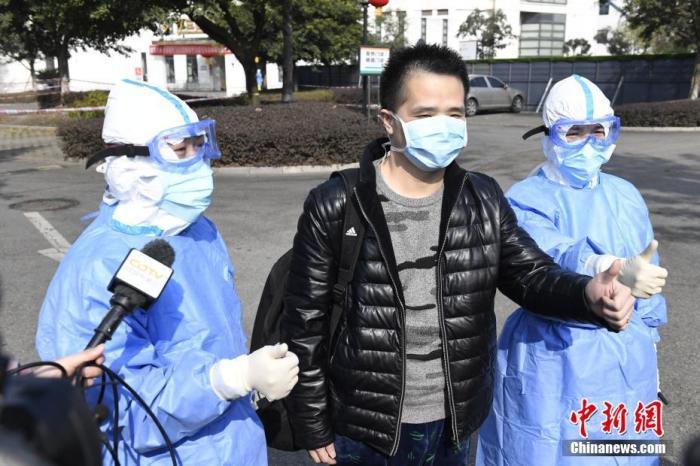 1月29日,成都市公共卫生临床医疗中心一名新型肺炎患者治愈出院,这是四川省治愈的第一例新型冠状病毒感染的肺炎病例。患者杨某,男性,34岁,武汉某公司职员,1月21日,经国家疾控中心复核确诊为新型冠状病毒感染的肺炎,收入成都市公共卫生临床医疗中心隔离治疗,1月26日、28日经成都市疾控中心两次核酸检测阴性,符合解除隔离治疗标准。图为杨某(中)出院。 余玲芳 摄