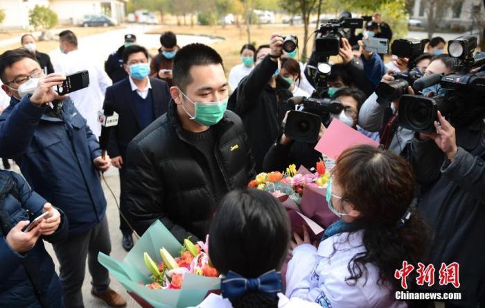 图为在安徽省立医院感染病院(合肥市传染病医院),合肥市首例痊愈出院的新型冠状病毒感染的肺炎患者走出隔离病房。 李亚朝 摄