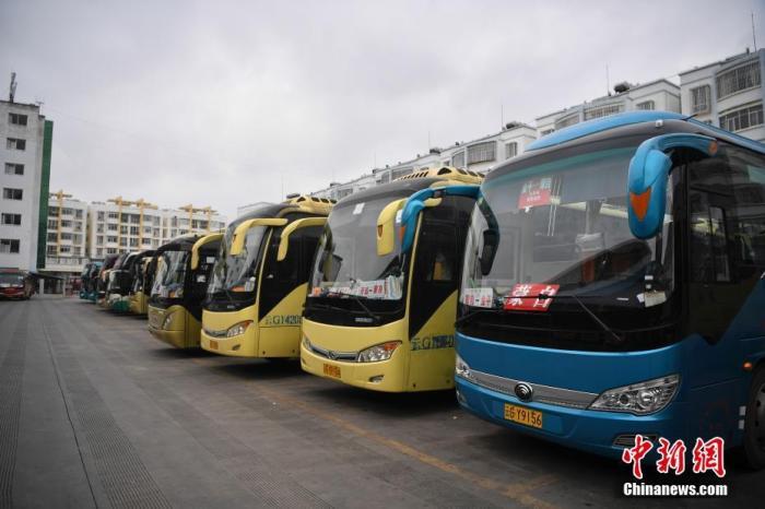 材料图:客运站停车场的客运班车。 中新社记者 刘冉阳 摄