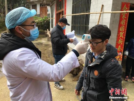 为村民进行体温检测和登记。 马芙蓉 摄