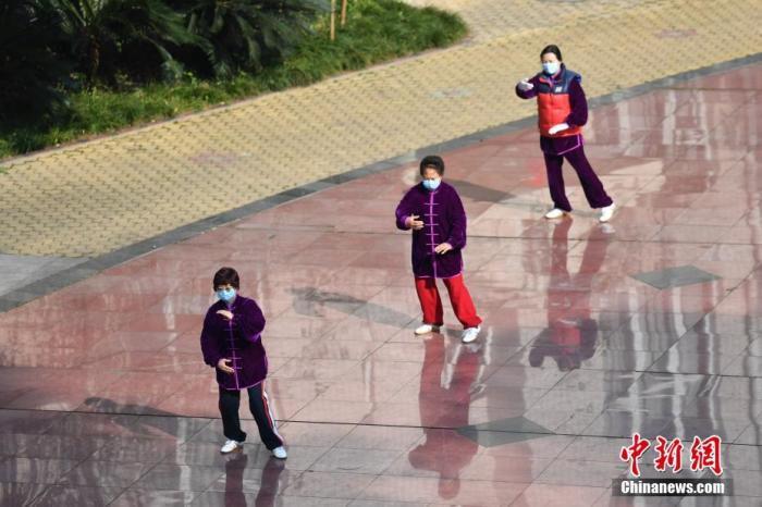 资料图:1月29日,成都天气放晴,一小区居民戴口罩打太极,锻炼身体。/p中新社记者 张浪 摄
