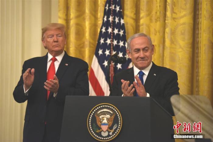 """当地时间1月28日,美国总统特朗普和以色列总理内塔尼亚胡在白宫举行联合发布会,宣布所谓推动解决巴勒斯坦与以色列问题的""""世纪协议""""。巴勒斯坦方面此前已表示,该协议违反国际法,呼吁国际社会予以拒绝。 <a target='_blank' href='http://www.chinanews.com/'>中新社</a>记者 陈孟统 摄"""