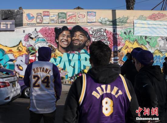 当地时间1月28日,球迷们来到洛杉矶一处绘有科比·布莱恩特及其二女儿吉安娜的壁画前寄托哀思。坠机事件发生后,洛杉矶多处与科比有关的场所都出现不少球迷,这一幅灾难发生后出现的壁画,也成为球迷们寄托哀思的载体。 /p中新社记者 刘关关 摄