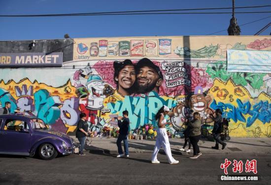 当地时间1月28日,球迷们来到洛杉矶一处绘有科比·布莱恩特及其二女儿吉安娜的壁画前寄托哀思。<a target='_blank' href='http://www.iis24.com/'>中新社</a>记者 刘关关 摄