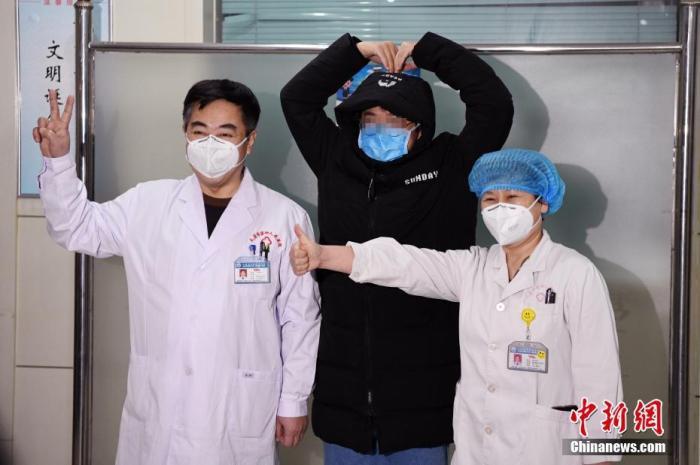 资料图:1月29日,山西省首例新型冠状病毒感染的肺炎患者治愈出院。韦亮 摄