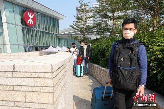 1月29日下昼,搭乘高铁抵达香港西九龙站的乘客走出高铁站。再过几个幼时,1月30日零时首高铁西九龙站将一时关闭作彻底洁净,按照新式肺热疫情发展决定何时重开。 中新社记者 张炜 摄