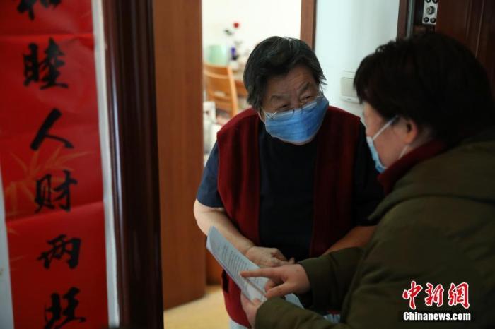 1月29日,在北京市東城區東華門街道韶九社區,社工在為居民普及防治新型冠狀病毒感染的肺炎疫情的相關知識。北京多個社區出臺相關措施,積極做好新型冠狀病毒感染的肺炎疫情防控工作。<a target='_blank' href='http://www.581285.live/'>中新社</a>記者 蔣啟明 攝