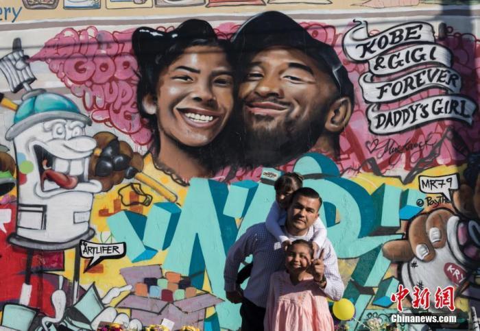 当地时间1月28日,球迷们来到洛杉矶一处绘有科比・布莱恩特及其二女儿吉安娜的壁画前寄托哀思。坠机事件发生后,洛杉矶多处与科比有关的场所都出现不少球迷,这一幅灾难发生后出现的壁画,也成为球迷们寄托哀思的载体。中新社记者 刘关关 摄